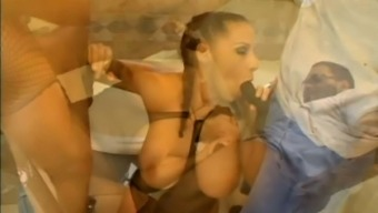 Naturally stacked sex sorceress Gianna Michaels loves blowbang sessions