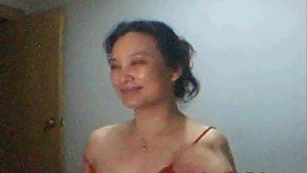 Mimi from China plays and shows on webcam