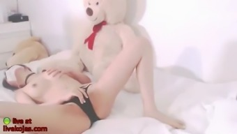 Korean bj camgirl touches her pussy