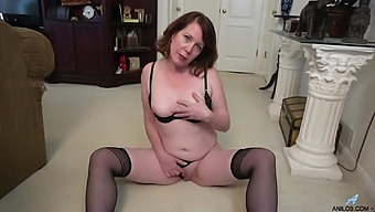 Charli Hope is a thick MILF who only wants to masturbate for you
